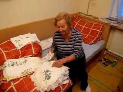 Die Oma und ihre Handarbeiten