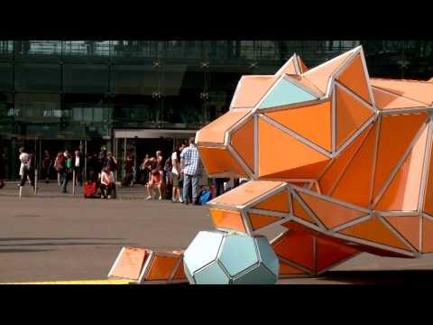 Riesige Origami-Tiger leuchten in Berlin