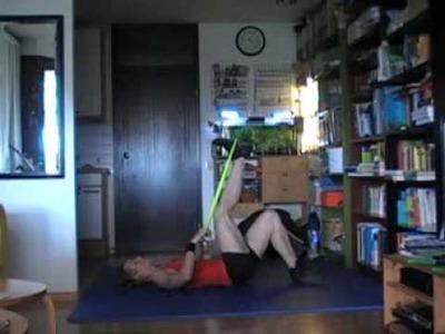 Übungen mit einem Reifen, stehend und am Boden