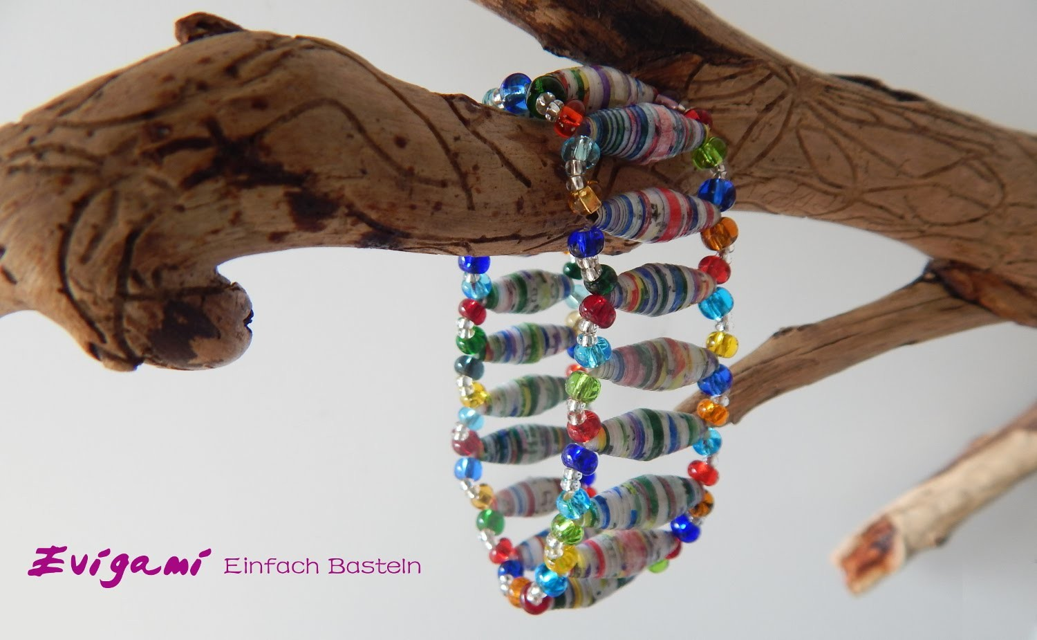 Stretch-Armband mit Papierperlen. Stretch Bracelet with paper beads