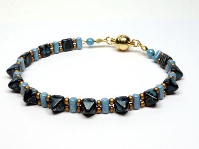 Schmuck selber machen: Armband aus Pyramide-Perlen und Rulla.
