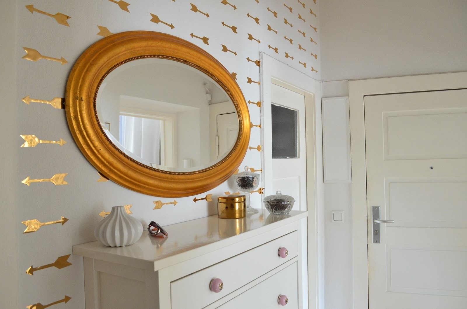 DIY goldene Pfeil Wandsticker - Fake Wallpaper Look
