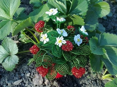 Glasperlen. Erdbeeren aus Perlen. Teil 1.3. Beaded strawberry.