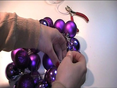 Aus Weihnachtskugeln einen Kranz basteln 2