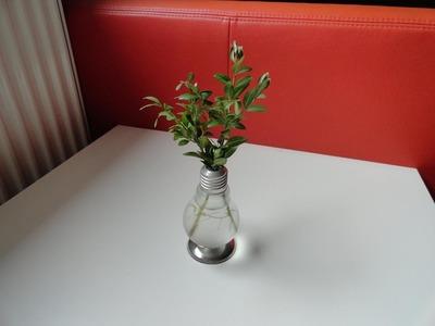 Upcycling: Aus einer alten Glühbirne wird eine schöne Vase - DIY Vase