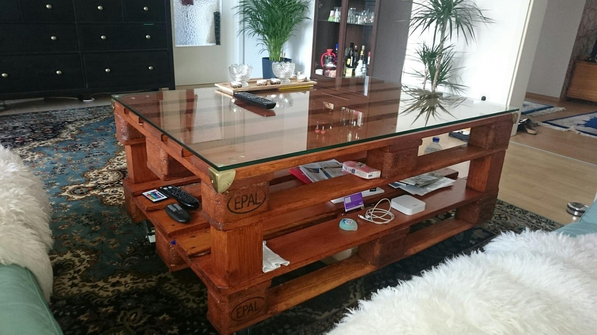 einfache diy anleitung f r einen stabilen couchtisch aus europaletten mit glasplatte zum nachbauen. Black Bedroom Furniture Sets. Home Design Ideas