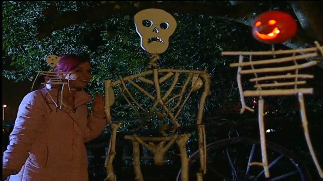 Halloween-Deko mit Kindern basteln: Skelette aus Waldholz