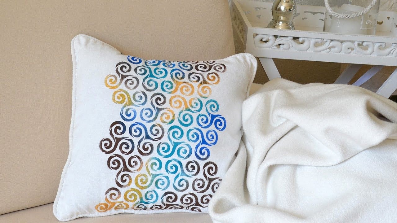 diy kissen selbstgestaltet mit modernem grafikmuster. Black Bedroom Furniture Sets. Home Design Ideas