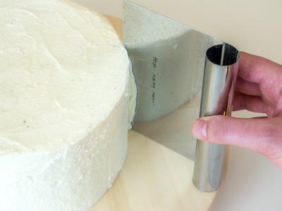 Torte einstreichen: Runde Torten freihändig mit Buttercreme einstreichen
