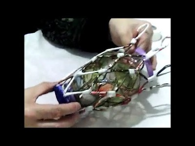 Un florero, forrado de papel de hohas de revista-- vase magazine leaves