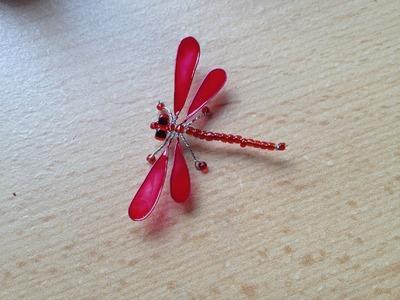 Rote Libelle aus Perlen mit lackierten Flügeln