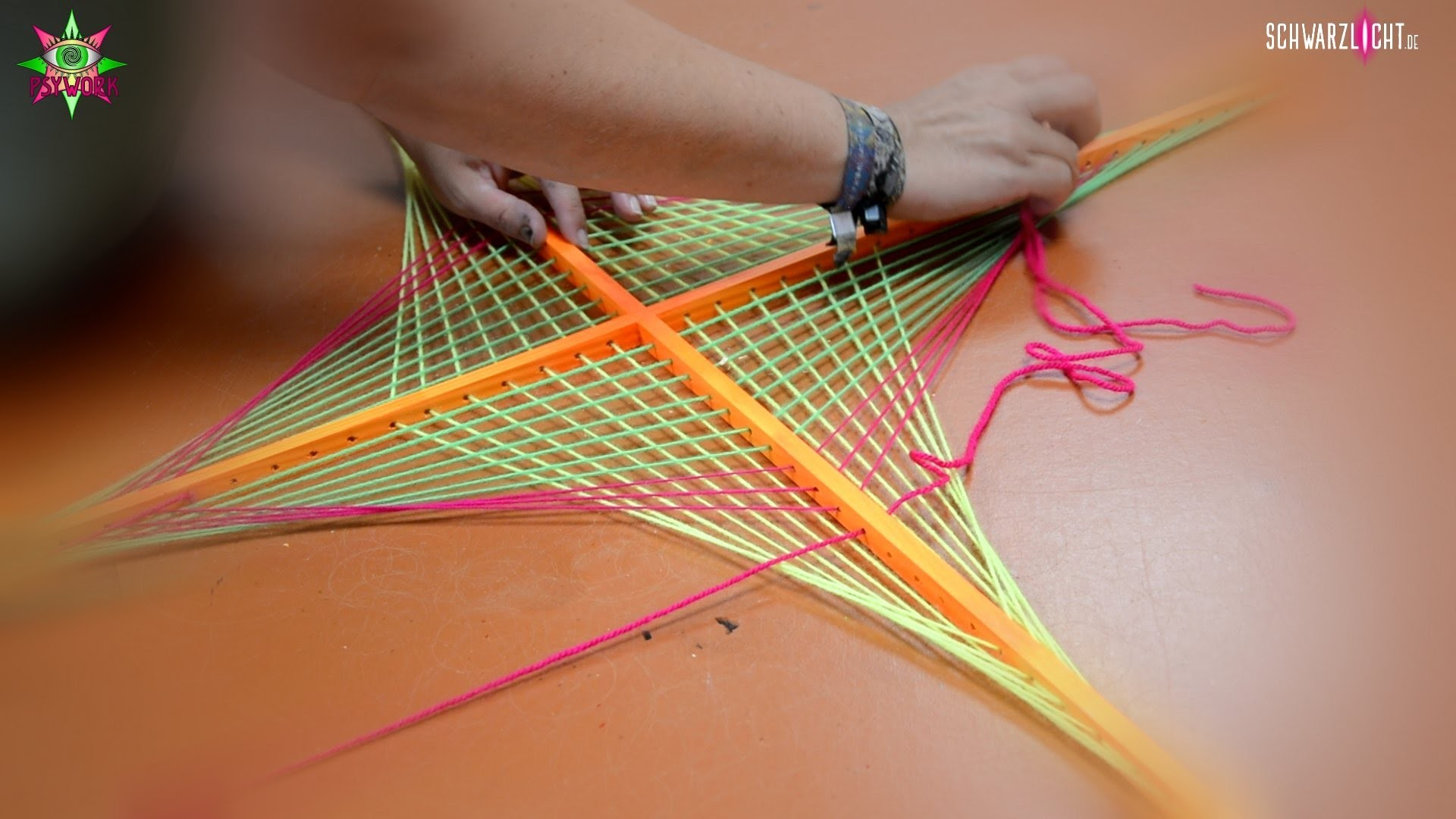 diy making of schwarzlicht stringart yarn art deko papagei by. Black Bedroom Furniture Sets. Home Design Ideas