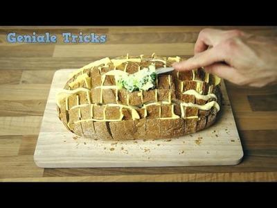 Schlage ein Brot in Alufolie ein und backe es im Ofen.
