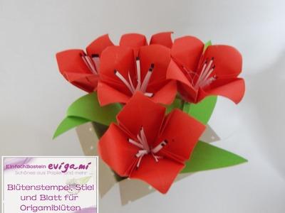 Die Origamiblüte  bekommt  Blütenstempel, Blatt und Stiel aus Papier