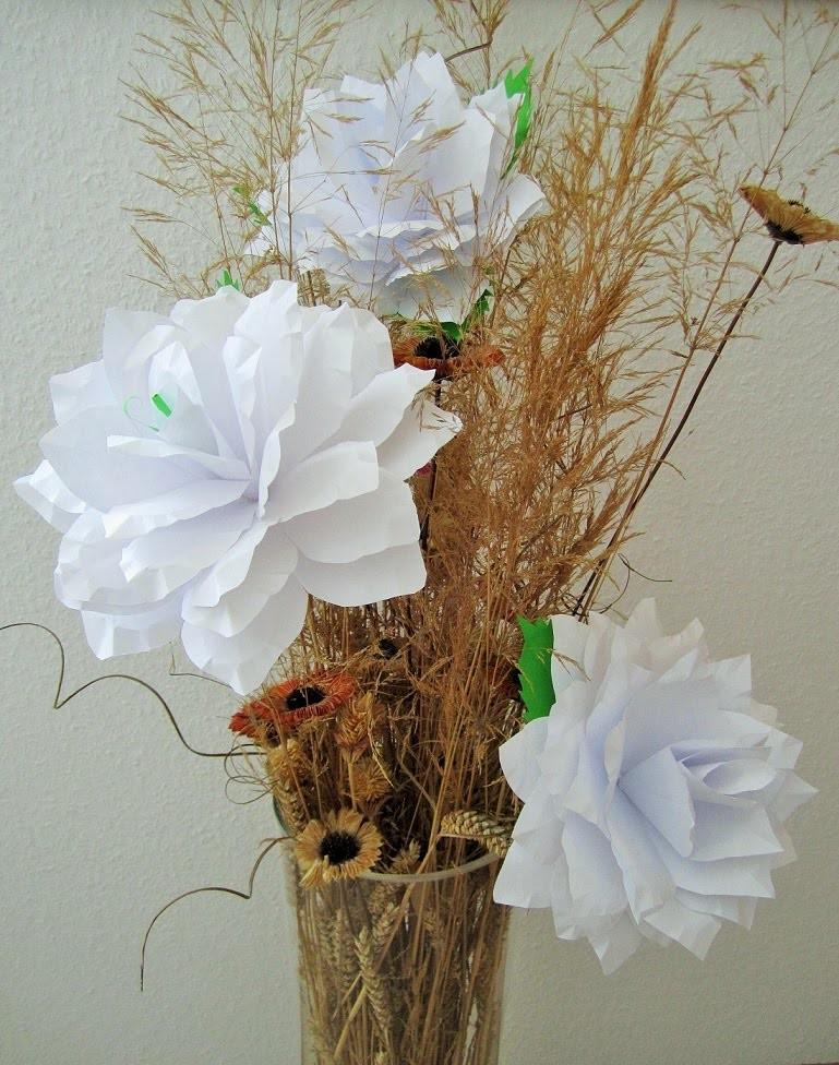 Paper papierkranz aus buchseiten paper dahlia wreath for Bastelanleitung baum aus papier