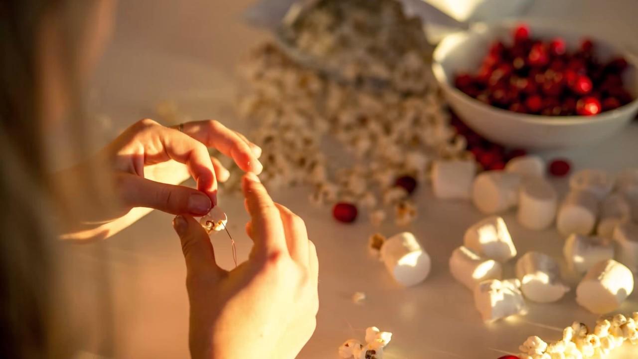 DIY Cranberry-Popcorn Christmas Garland