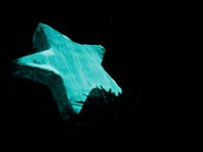 Basteln mit NighTec Leuchtfarbe: Leuchtende Sterne für Weihnachten